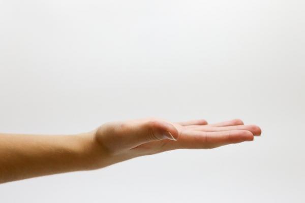 手のひらを上にむける写真