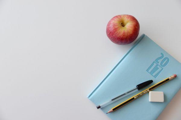 ノートとペンと林檎