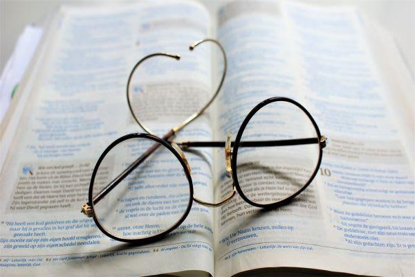 テキストと眼鏡