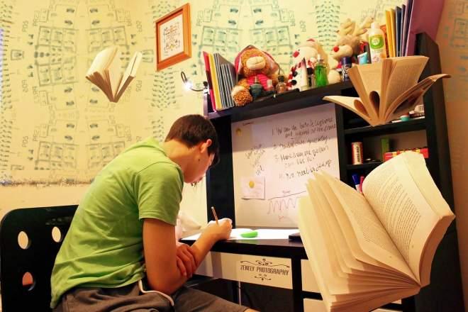 机で勉強する男性