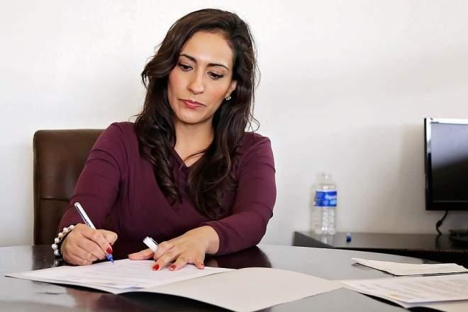 勉強する女性の写真