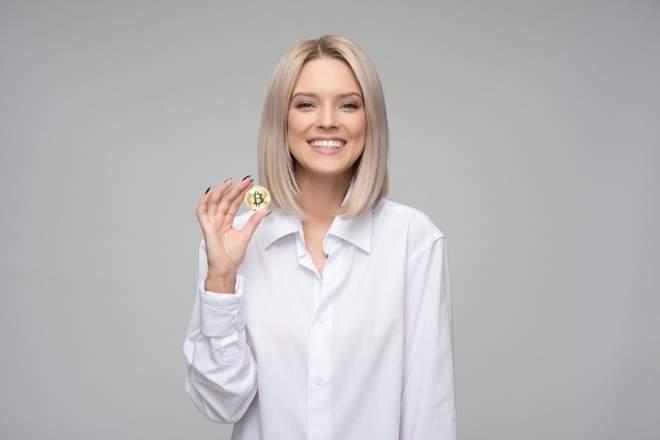 コインを持った女性の写真