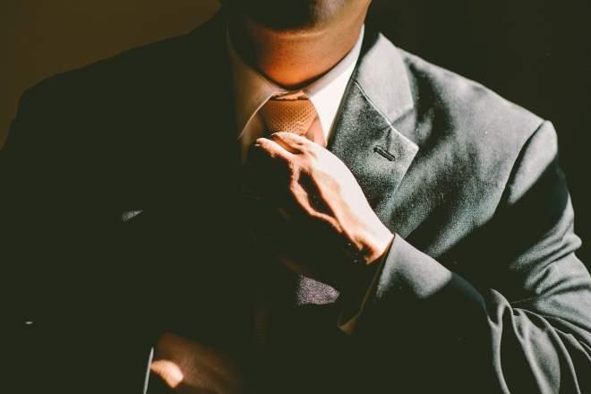 ネクタイを締める男性の画像