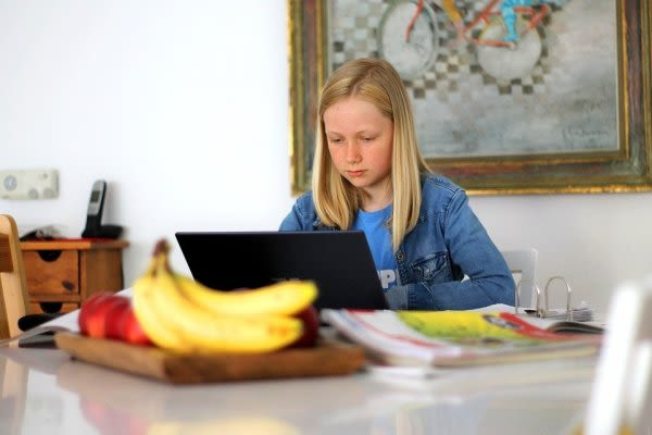 勉強する女子とバナナ