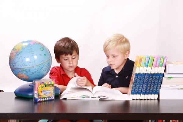 自宅で勉強する子ども