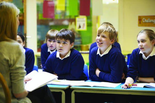 教室にいる子供の画像