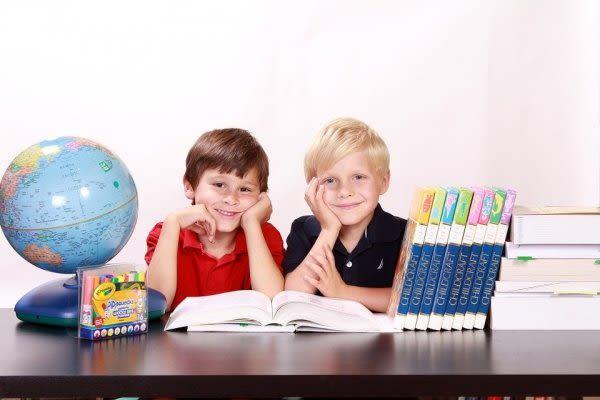 教具に囲まれた子供たち