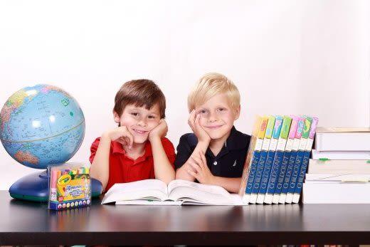 子供たちと地球儀