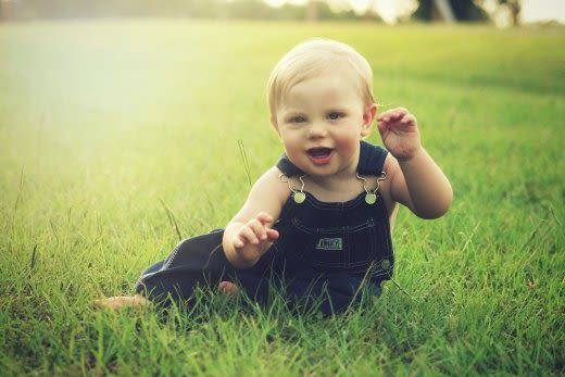 芝生と赤ちゃん