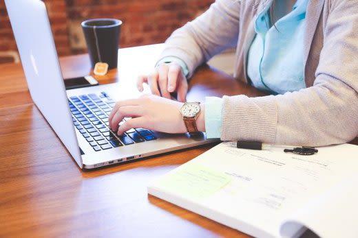 パソコンで勉強をしている人の画像