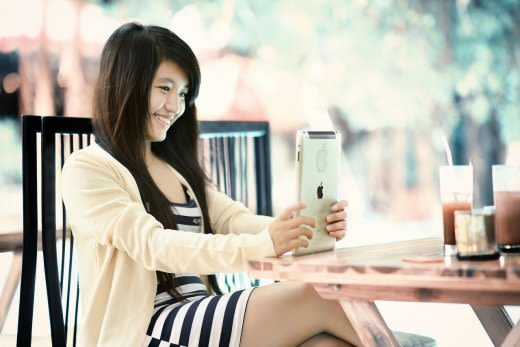 笑顔で勉強する女性