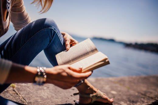 海で本を読む