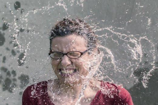 水を浴びる女
