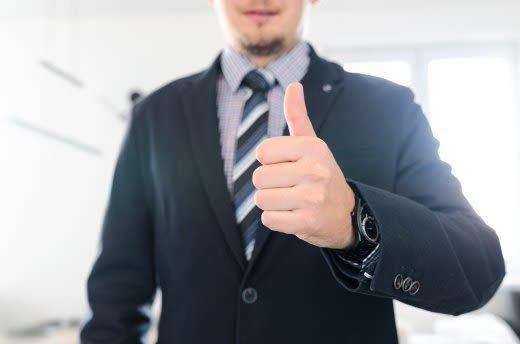 スーツの男性が親指を立てている画像