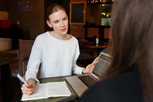 会話をしている女性の画像