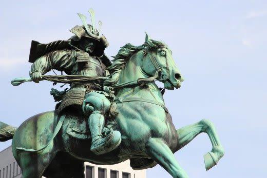 侍のブロンズ像