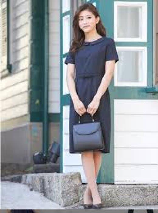 軽やかな服装の女性