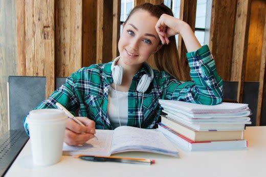 勉強をしている女性の画像