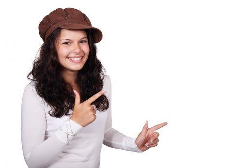 指を指している女性の画像