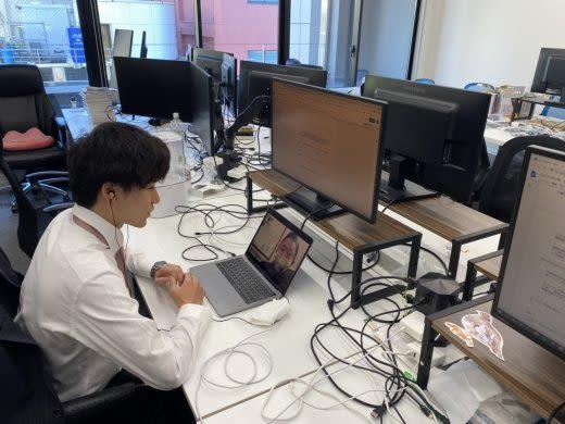パソコンを見ている人の右後ろ
