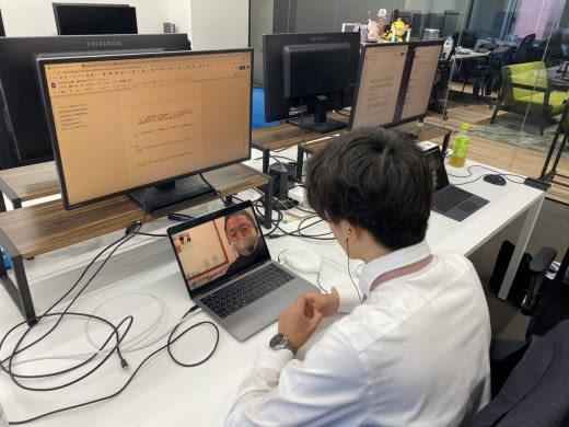 パソコンをみている人の左側