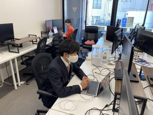 マスクをしてパソコンを見ている人の右側