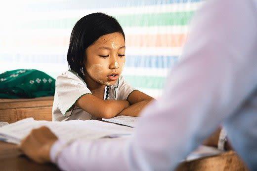 自宅学習する女の子