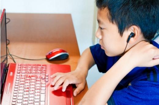 家でも教室でもプログラミングを勉強する子供の画像