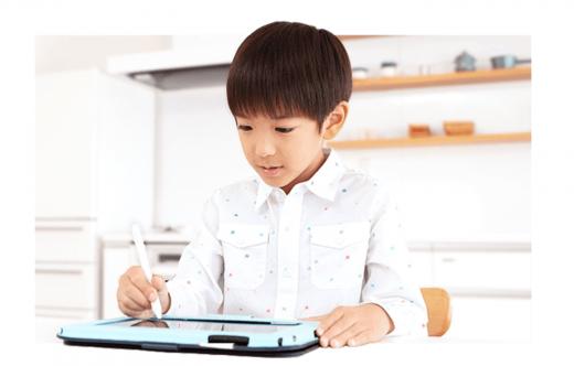 スマイルゼミのタブレットで学習する子供