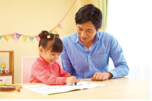Z会幼児コースの教材で遊ぶ親子の画像