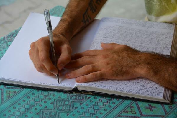 勉強をしている男性の手の画像