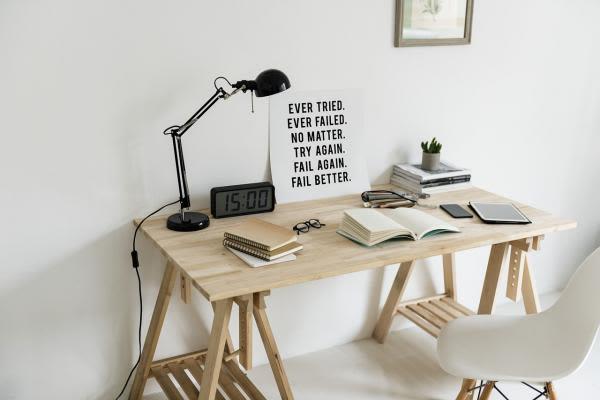 木造の机と黒い電気スタンド