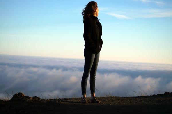 雲を見る女性