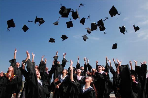 帽子を投げる卒業生
