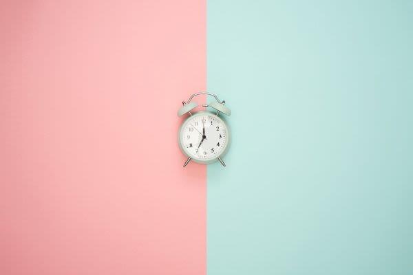 赤青の背景に時計