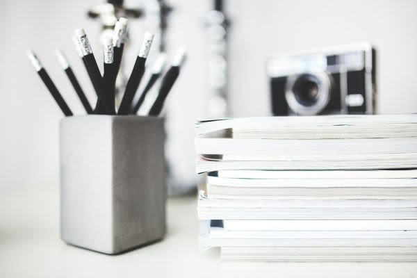 机の筆記用具
