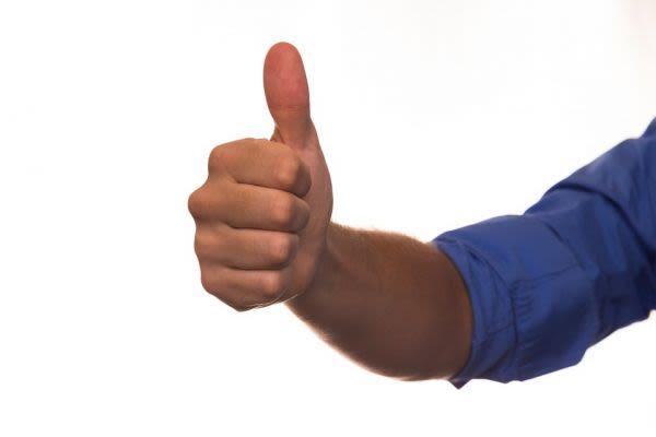 親指を立てるポーズ