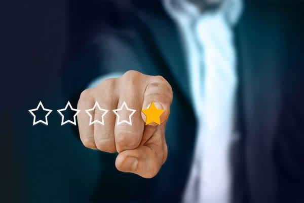 星を指さすビジネスマン