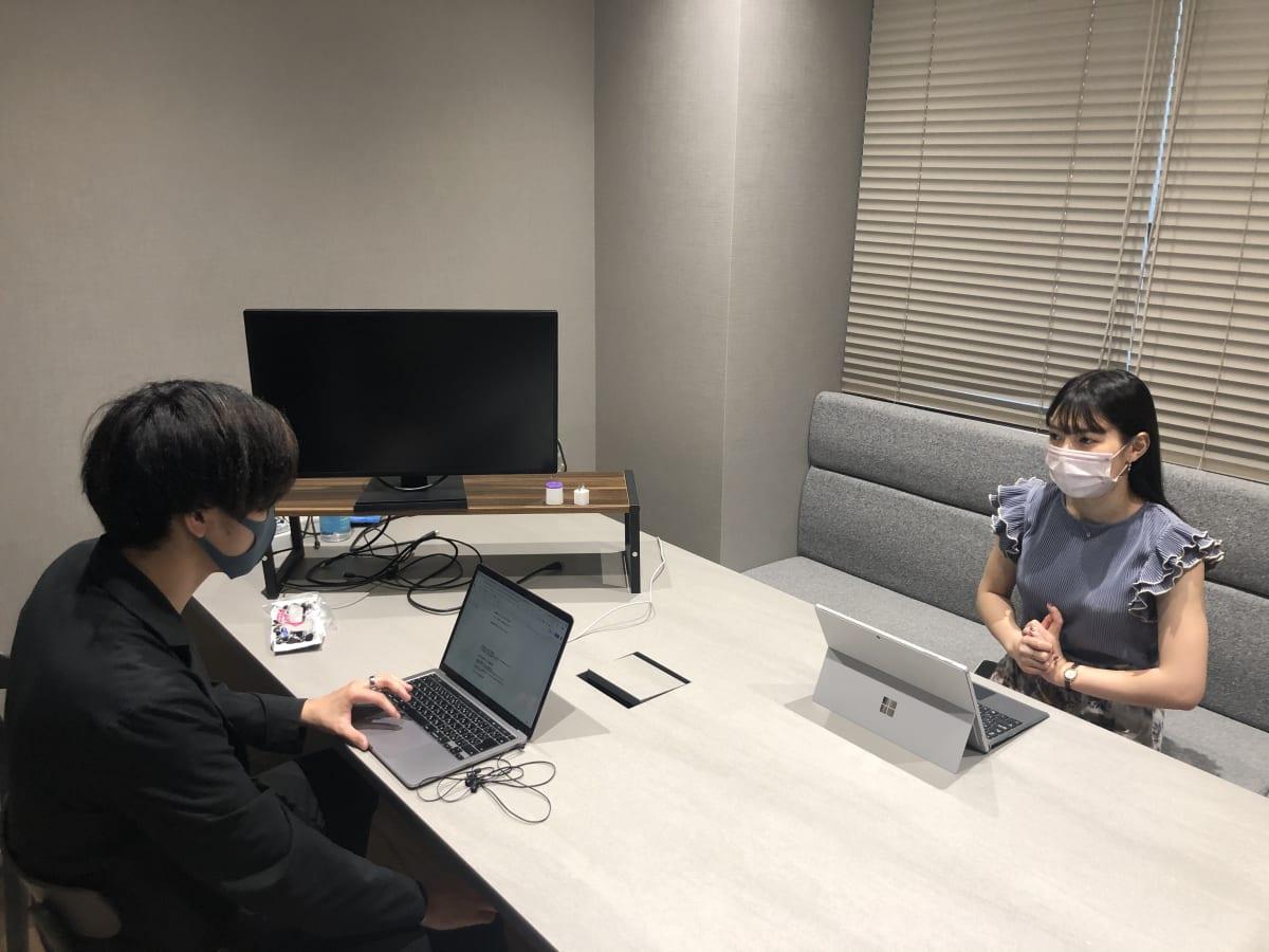 インタビューを始める2人
