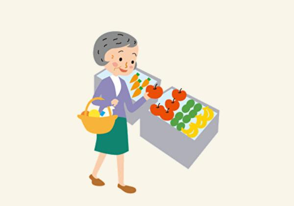 買い物をする高齢者