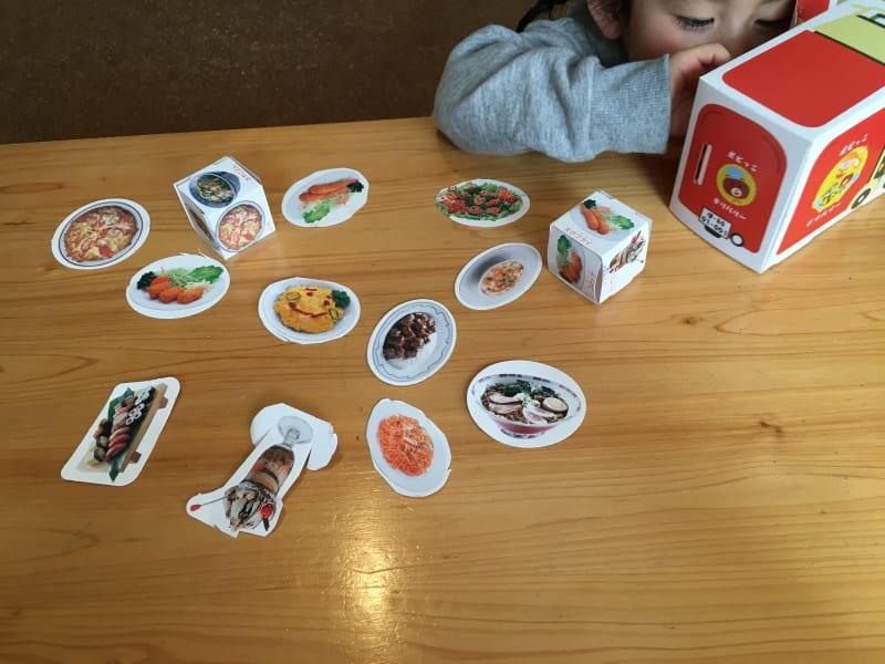 食事を遊びながら学ぶ子供
