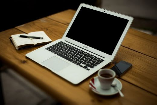 開いたノートパソコン