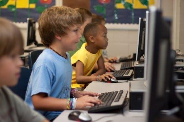パソコンをする子供たち