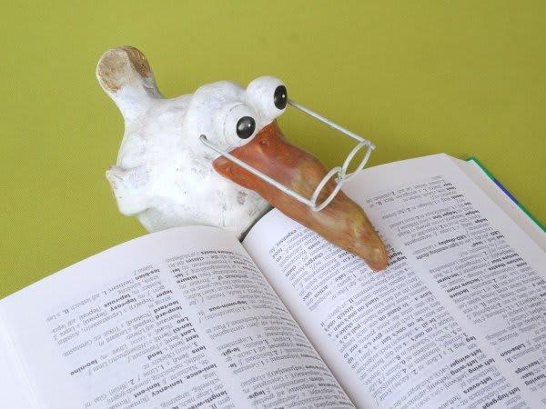 メガネをかけた白い鳥の人形