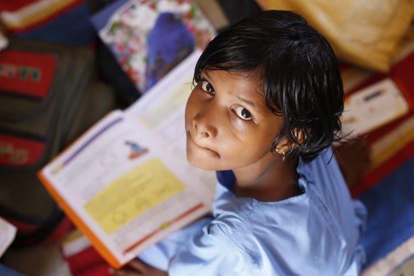 勉強中に見上げる子供