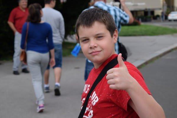 親指を立てる少年