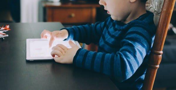 タブレットを操作する少年