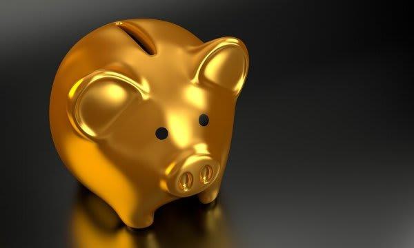金色の豚の貯金箱の画像
