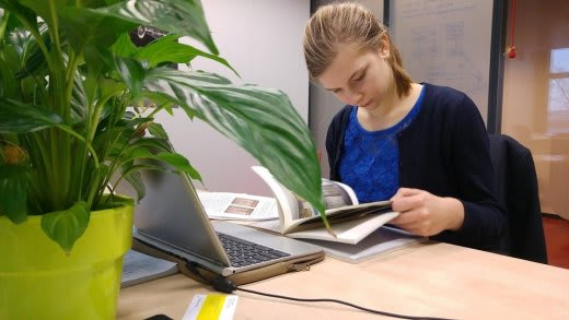 女性がパソコンの前で勉強をしている画像