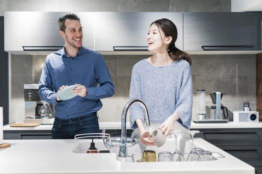 夫婦で食器洗い